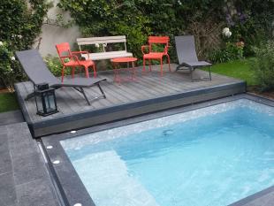Terrasse mobile Pooldeck - Cette terrasse permet de transformer sa couverture en terrasse ou en plage. Idéale pour les petits espaces, elle permet d'optimiser la place dans les petits jardins : ainsi lorsque l'abri est positionné au-dessus de la piscine, il se transforme en terrasse ou tables et chaises peuvent être disposés. Le Le corps du Pooldeck est en composite ainsi que sa structure en aluminium. Lorsque celui-ci est ouvert, il se transforme en plage où des transats peuvent être disposés. Conforme à la norme NF P90-308, la terrasse mobile Pooldeck est simple à manipuler.  Disponible en un ou deux plateaux se dépliant en bout de bassin, le pooldeck se tranforme à la fois en abri de piscine, terrasse et plage.  Pour plus de confort, elle peut également être motorisée.