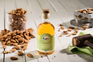 Huile d'amande - L'huile d'amande est reconnue pour sa douceur, sa richesse aromatique ainsi que ses qualités nutritionnelles. Extraite selon un savoir faire ancestral, cette huile d'amande aux notes beurrées surprend par sa rondeur. Souvent connue pour des utilisations cosmétique, elle s'avère également être une alliée incontournable des cuisines d'initiés. L'huile d'amande est naturellement riche en vitamine A, E, en acide gras polyinsaturées (17%) & monoinsaturées (70%). Matière première : 100% origine France