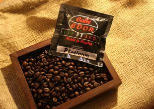 Dosette PLATINUM - PLATINUM combine l'interaction de diverses origines au sein d'un mélange unique.  Il représente l'harmonie des arômes, l'équilibre de l'acidité et de la douceur.  PLATINUM est un mélange spécial fabriqué à partir du Robusta le plus fin et le meilleur Arabica du Brésil et de l'Amérique centrale. Arôme unique et pleine saveur d'espresso classique.