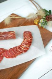 Salsiccia Casereccia - Traditional Gargano fennel sausage - Salsiccia Casereccia is a very lean sausage with no added fat and made from pork loin, prepared according to the recipe of the Apulian grandparents of the past.  Its flavour and its pronounced aroma of fennel will make you plunge into the authenticity of the tastes and culinary habits of the table of the past. Its chewiness is firm and offers a good hold in the mouth.  It is advisable to remove the skin of the Salsiccia and cut it into thin slices. It is perfect for a generous aperitif, accompanied for example by Bella di Cerignola olives and buffalo milk cheeses.   You can also use it to enhance your pasta with tomato sauce, by adding a few thin slices of Salsiccia to your sauce. Its delicate fennel flavour and spiciness will enhance your dish. Prepare this with orecchiette, and you will have a real 100% Pugliese meal!  Salsiccia Casereccia is gluten-free and is available in vacuum packs of about 200g with a shelf life of 6 months.