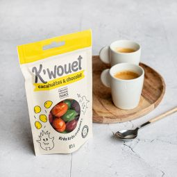 K'wouet - Inspirées des célèbres cacahuètes enrobées de chocolat, les K'wouet renouvellent le rayon snacking en version artisanale, et dans un packaging éco-responsable. Pour plus de gourmandise et de naturalité, les cacahuètes sont triées et caramélisées, puis turbinées avec le chocolat éco-responsable Cocoa Valley, et colorées avec des colorants exclusivement naturels.
