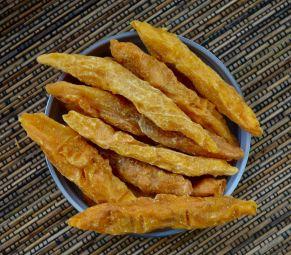 Abricot Sec Pechak - L'abricot sec Pechak est un produit proposé dans la collection fruitée. L' abricot sec pechak est une variété d'abricot sec cultivée uniquement en Afghanistan.  Une fois l'abricot arrivé à maturité, l'agriculteur cueille le fruit, puis le presse à la main pour obtenir cette forme allongée. Ensuite, il suspend le fruit pour le faire sécher au soleil de manière naturelle pour garder toutes ses valeurs nutritives et son goût naturel et sucré. Son aspect unique et son goût naturellement sucré reflète un savoir-faire traditionnel. Ce produit est 100% naturel et ne contient aucun conservateur et aucun additif.