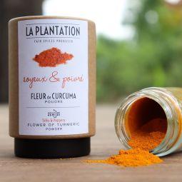 Curcuma - Très concentré en curcumine, le curcuma de La Plantation développe une saveur parfumée, poivrée et chaude unique avec un parfum doux proche de l'orange et du gingembre. Le curcuma de La Plantation est tellement exceptionnel de par son taux de curcumine (proche de 10%), son arôme et son goût que nous avons décidé de l'appeler « fleur de curcuma ».  Il provient d'une espèce spéciale qui pousse au Cambodge, avec une taille des racines très petite et une productivité faible à l'hectare. Il est cultivé de façon naturelle, sans aucun engrais chimique ni pesticide. La récolte des racines de Curcuma, puis la production sont effectuées à la main : tri des racines, suppression des petites radicelles, puis nettoyage à l'eau, épluchage et ébouillantage. Les racines sont ensuite coupées en tranches puis séchées dans une serre solaire pendant 4 jours. Une fois sec, les copeaux de curcuma sont broyés en poudre.  Longtemps utilisé comme puissant anti-inflammatoire et antioxydant dans la médecine chinoise et indienne, il apporte des bienfaits remarquables pour la santé. Ingrédient principal du curry, il est également mixé en jus, smoothies ou aromatise délicieusement soupes, risottos, poissons et de nombreux plats.  Vous pouvez le consommer au quotidien mélangé avec du miel et du Poivre Noir de Kampot (le poivre favorise l'absorption des bienfaits de la curcumine par l'organisme). Une cuillère à soupe de cet élixir chaque matin et vous serez en pleine forme.