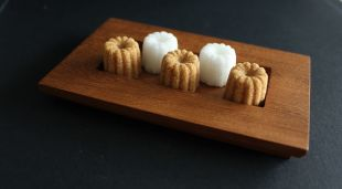 """CANNELES - Le cannelé est le produit phare d'ERCUS. Créé suite à une discussion avec un restaurateur Bordelais, ce sucre est rapidement devenu le produit référence de notre gamme. Pas de rhum, ni de vanille dans notre sucre : le cannelé d'ERCUS se décline en sucre de canne blanc, roux ou vergeoise. Chaque cannelé pèse environ 4g, soit 1g de moins qu'un sucre """"classique"""".  Désormais les Cannelés se déclinent également en format mini : les mini cannelés. Ils font partie de la gamme """"poids plume"""". Chaque sucre pèse environ 2g."""