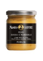 Pestos et Sauces Tomate - La ligne Pestos et Sauces Tomate Mastro Sapore reflète les traditions du passé, tant en termes de méthodes de production que d'ingrédients de la plus haute qualité mélangés de manière experte.  Chaque pot ne contient que le meilleur des légumes cultivés dans les champs des Pouilles, récoltés au bon degré de maturité et le parfum inimitable de l'huile d'olive extra vierge.  La préparation au goût frais et aromatique exalte la saveur unique et inimitable de nos sauces tomate et basilic, pesto aux fanes de navet, courgettes pesto gingembre et menthe, aubergines pesto et basilic, amandes pesto et potiron et olives pesto, câpres et amandes.  Les recettes peuvent être personnalisées sur demande