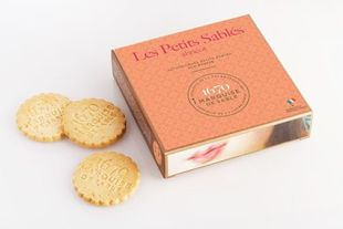"""Sablés biscuits with apricot chips - La Sablésienne has been awarded by Business France with the prize for the best international innovation in the """"Sweet cookie"""" category last February for its Petit Sablé biscuit with apricot chips. In this lovely orange color case, experience the authentic recipe of the famous Petit Sablé biscuit with fresh butter and apricot chips. Our brand new Petit Sablé biscuit with apricot chips has been made with quality French ingredients such as fresh butter, fine flour and free-range chicken eggs. Our master pastry chefs added to the recipe authentic apricot chips which have been sourced in France to brighten up our famous Petit Sablé biscuit and give it that sweet taste of childhood. Our Petit Sablé biscuit with apricot chips are packed in individual bags; they are a perfect gourmet snack for the whole family."""