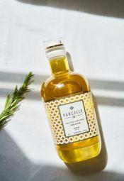 Huile d'olive premium extra vierge Blend Selection - BLEND|SÉLECTION est une huile d'olive vierge extra équilibrée et de caractère. Présentant un contraste intéressant entre notes mûres et notes vertes, elle dispose d'un profil olfactif harmonieux et d'un profil gustatif complexe. On y retrouve une variété d'arômes allant de notes de banane et de pommes mûres à des notes d'amande verte, de feuille d'olive et de délicates notes de menthe. C'est une huile ardente offrant une légère d'amertume. Cette diversité d'arômes s'accorde avec équilibre et donne sa singularité à notre huile d'olive vierge extra.