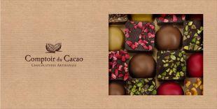 ÉTUI ASSORTIMENT DÔMES ET CARRÉS PRALINÉS FEUILLETÉS - Assortiment de Dômes Pralinés Feuilletés, Chocolat Noir / Amandes, Chocolat Lait / Noisette, Chocolat Blond / Noix de Pécan, Chocolat Ruby / Gianduja. Carrés Pralinés Feuilletés, Chocolat Lait / Caramel beurre salé, Noisette, Spéculoos, Chocolat Noir / Pistache, Fruits Rouges.
