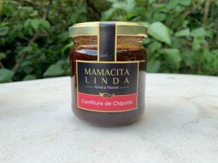 """Confiture de piment """"Chipotle"""" - Le chipotle est le piment Jalapeño séché et fumé. Vous retrouverez dans ce pot, le subtil mélange du piment chipotle, qui est légèrement fumé et préparé dans un """"adobo"""" (une sorte de préparation à la tomate avec différents piments), mélangé à la douce saveur de la goyave ... Cet équilibre entre sucré/salé/piquant ravira vos apéros, donnera du peps à vos grillades et vous fera voyager vers la terre de la tequila. Cette confiture fumée  se marie avec vos fromages, charcuteries mais aussi avec vos grillades et est un allié merveilleux pour vos marinades !  => Mon amie foodie Heidi, prépare son poulet dans une marinade avec une belle cuillère de confiture de chipotle et des oignons, et fait revenir le tout!"""