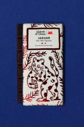 Le Jaguar, Noir 70%, Origine Equateur - C'est dans le sud-est de la France, que nous élaborons main dans la main avec notre artisan chocolatier nos délicieuses tablettes bio ! Ce spécialiste du chocolat à croquer tire son savoir-faire d'une superbe aventure familiale. Tout commence avec les fèves de cacao : soucieux de leur traçabilité, nous avons choisi de travailler avec des fèves provenant d'Equateur, du Pérou et de République Dominicaine. Ces cacaos aux arômes puissants sont réservés à la fabrication des chocolats de grands crus ! Comme le vin, leur terroir et leur climat adéquats permettent au cacao de développer des saveurs épatantes ! Tout cela dans le respect d'une agriculture raisonnée. Il en va de même pour les ingrédients que nous utilisons dans cette recette. Tous naturels et triés sur le volet grâce à un sourcing de très haute qualité, ils participent à l'élaboration de tablettes divinement délicieuses. C'est d'ailleurs le choix de ces matières premières, des recettes et du processus artisanal qui ont permis à nos chouettes tablettes d'être certifiées: « Pure Origine », « Pur Beurre de Cacao » ; « AB Bio » et « Europe agriculture biologique ». Chapeau ! Les grands gourmands craqueront pour ces chocolats noir. Pour cette tablette, les fèves proviennent d'une seule région du monde : l'Equateur (70% de cacao).