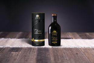 Huile d'olives maturées issue d'Oliviers Centenaires - Notre huile d'olive une huile rare à découvrir : - UNIQUE, elle est issue d'Oliviers Centenaires de Haute-Provence ; - FRANÇAISE, elle résulte d'un savoir-faire protégé par une AOP ; - EXCEPTIONNELLE, sa production est limitée et elle est issue d'une seule parcelle ; - INTENSE, son « fruité noir » ne ressemble à aucun autre ; - INCOMPARABLE, ses notes rappellent l'olive noire et la tapenade.  Situés au pied du massif des Pénitents, les Oliviers Centenaires bénéficient d'un climat unique puisque climats montagnard et méditerranéen se côtoient. Couplée au froid, l'altitude concentre la saveur des olives pour donner à cette huile une intensité remarquable. Les olives ont été cueillies fin 2020. Elles ont ensuite été mises en maturation 7 à 8 jours jusqu'à ce qu'elles se confissent.