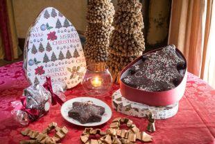GÂTEAUX ÉPICÉS - Un délicieux gâteau pour toutes les occasions préparé avec des épices et recouvert d'un voile de chocolat noir 56% exquis et croquant. A Noël, on le fait en forme de petite étoile ou de sapin de Noël.