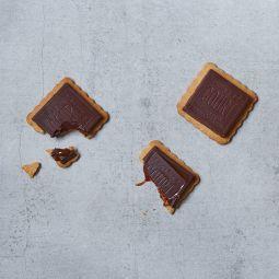 P'tits cancres - Un classique du goûter revisité ici dans deux recettes artisanales, sans conservateurs, avec du chocolat éco-responsable. L'une au chocolat noir / praliné, l'autre au chocolat au lait / caramel beurre salé. Généreux et riches en goût avec leurs tablettes fourrées, les P'tits Cancres séduisent petits et grands.
