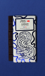 Le Caïman, Noir 63% Origine Pérou - C'est dans le sud-est de la France, que nous élaborons main dans la main avec notre artisan chocolatier nos délicieuses tablettes bio ! Ce spécialiste du chocolat à croquer tire son savoir-faire d'une superbe aventure familiale. Tout commence avec les fèves de cacao : soucieux de leur traçabilité, nous avons choisi de travailler avec des fèves provenant d'Equateur, du Pérou et de République Dominicaine. Ces cacaos aux arômes puissants sont réservés à la fabrication des chocolats de grands crus ! Comme le vin, leur terroir et leur climat adéquats permettent au cacao de développer des saveurs épatantes ! Tout cela dans le respect d'une agriculture raisonnée. Il en va de même pour les ingrédients que nous utilisons dans cette recette. Tous naturels et triés sur le volet grâce à un sourcing de très haute qualité, ils participent à l'élaboration de tablettes divinement délicieuses. C'est d'ailleurs le choix de ces matières premières, des recettes et du processus artisanal qui ont permis à nos chouettes tablettes d'être certifiées: « Pure Origine », « Pur Beurre de Cacao » ; « AB Bio » et « Europe agriculture biologique ». Chapeau ! Les grands gourmands craqueront pour ces chocolats noir. Pour cette tablette, les fèves proviennent d'une seule région du monde : le Pérou (63% de cacao).