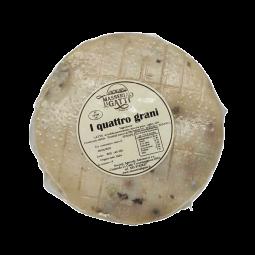 Quattro Grani : le quatre poivres - Fromage poivré au lait de bufflonne - Un fromage à pâte filée surprenant, au lait frais de bufflonne et au goût beurré et relevé.   Il est agrémenté de quatre types de poivre - noir, rouge, vert et blanc - et bénéficie d'une maturation de 2 mois minimum.   Les grains de poivre sont bien présents mais pas trop marqués. Vous noterez un subtil contraste sucré-salé. Ils colorent la pâte du fromage de belles teintes qui le feront se démarquer parmi les autres sur votre plateau.  À déguster en fin de repas, on aime aussi le savourer à l'apéritif, il vous ouvrira l'appétit !  Le Quattro Grani vous est proposé en pièce entière d'environ 2 kg sous vide.