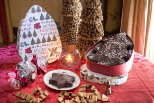 SPICED CAKES - A delectable cake for any occasion prepared with spices and covered with an exquisite and crunchy dark 56% chocolate veil. During Christmas, we make it in the shape of a little star or a Christmas tree.