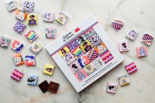 Le coffret de 32 Carrés de chocolats - Gare aux gourmands, Le chocolat des Français propose non pas 8, ni 16, ni 24 mais bien 32 carrés de chocolat dans un bel écrin. Une panoplie de mini chocolats, tous aussi mignons que craquants, et illustrés par une ribambelle d'artistes de talent ! French cancan, Joconde, Louis XVI, Tour Eiffel, retrouvez à l'intérieur 16 illustrations aux couleurs de Paris et de notre douce France. Attention, il faudra batailler pour avoir le carré qui vous plait!  Très conviviaux, ces petits carrés seront idéals à partager avec ses copains, pour une dégustation en famille, en petit souvenir français, ou tout simplement pour accompagner sa pause-café; autant d'occasions que de gourmands !  Mais ce n'est pas tout, ce coffret est aussi beau que bon! Garni d'un assortiment de 4 recettes différentes: Lait tendre, Noir 72% avec des notes de vanille bourbon, Lait Caramel, Noir et sel de Noirmoutier, les chocolats sont préparés avec amour près de Paris et sont 100% pur beurre de cacao, sans huile de palme, sans conservateur bref, 100% saveur…