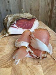 Filetto Lardellato - filet de porc fumé des Pouilles - Le Filetto Lardelatto est élaborée à partir du filet de porc, dans la longe près de la poitrine. Cette partie d'excellence est très maigre, et le lard de sa couenne lui apporte un moelleux subtil lors de la maturation.   Notre Filetto est délicatement assaisonné de sel et poivre après désossage, et légèrement mariné dans du vin rouge. La pièce est refermée et bien ficelée et se conserve très bien.  Le Filetto Lardellato est sans gluten et vous est proposé en pièce de 2 à 3 kg.