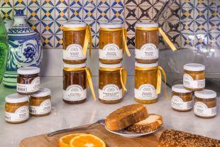 MARMALADES - Tous les bienfaits des célèbres agrumes siciliens avec uniquement du sucre ajouté, sans conservateurs, ni acidifiants ni pectine. Les fruits siciliens sont le véritable trésor de l'île, offrant une expérience sublime pour les yeux et le palais de la personne.