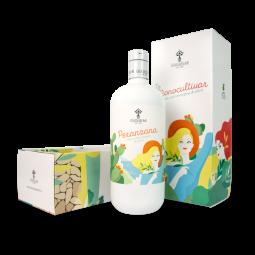 MONOCULTIVAR gif box - BOÎTE-cadeau MONOCULTIVAR MAGNUM Monocultivar Magnum est la version spéciale de la ligne Monocultivar. La bouteille de 1 litre, avec sa forme arrondie et ses couleurs ensoleillées, ravit le client par son grand impact scénographique. Un format spécial pour rendre hommage au goût équilibré des cultivars les plus célèbres des Pouilles. Il est idéal pour un cadeau spécial. BOÎTEcm 13x9,5x30,5h  BOÎTE-cadeau MONOCULTIVAR TRIS 3x500ml Ressemblant à un tableau, le Coffret Cadeau dédié à la collection Monocultivar contient toutes les saveurs de l'huile d'olive extra vierge de haute qualité. Les déesses du goût, Coratina Peranzana et Ogliarola, vous emmèneront dans une atmosphère culinaire fascinante où, en fermant les yeux, vous vous imaginerez dans les Pouilles. Les coffrets cadeaux Monocultivar sont le cadeau parfait pour ceux qui aiment l'excitation. BOÎTE cm 37x8x28h  BOÎTE-cadeau MONOCULTIVAR TRIS 3x100ml Les monocultivars au format 100 ml sont le cadeau idéal pour ceux qui veulent découvrir le goût des cultivars typiques des Pouilles. Un court itinéraire de dégustation qui conduira le palais à savourer les différences entre Coratina, Peranzana et Ogliarola. BOÎTE cm 15,8x5,4x11,2h