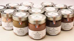 Douceur de Fruits - Comme une confiture, les douceurs de fruits sont fabriquées en Provence avec des fruits frais de saison et du Miel de Lavande de nos ruches. La cuisson se fait au Chaudron de Cuivre à l'ancienne de manière artisanale. Sans aucun autre sucre que le Miel elles se dégustent sur des tartines, des crêpes, gaufres, dans des yaourts ou fromages blancs, avec des fromages ou du foie gras selon les parfums. Différents parfums et créations originales à découvrir.