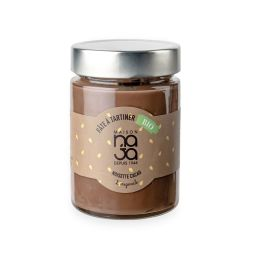 Pâte à tartiner Noisette cacao BIO - Une pâte à tartiner onctueuse, au bon goût de noisette et de chocolat pour un instant 100% gourmand ! Elle est également BIO*, sans huile de palme, sans colorant et sans conservateur. Une vraie pépite ! Avec 28% de noisettes, Maison Naja valorise ce fruit noble en l'associant au cacao. De nombreux essais ont été nécessaires afin de trouver l'équilibre parfait entre ces deux saveurs, tout en conservant une pâte onctueuse et ce goût si apprécié des petits et grands.