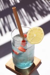 SAPPHIRE - La magie du naturel - Offrez le meilleur à votre corps avec un cocktail de plantes 100 % naturelles et sans arôme ajouté !  La fleur de pois bleu aux nombreux bienfaits aide à maintenir une belle peau, entretenir votre chevelure et vos yeux. Délicieuse en version chaude ou glacée, cette infusion aux notes florales, citronnées et épicées est idéale pour vous hydrater tout au long de la journée. Ajoutez quelques gouttes de citron et la teinte bleutée naturelle passe au violet.  Nos fleurs de pois bleu sont cueillies à la main à Bali pour une qualité optimale préservée jusqu'à votre tasse.  « Le bien-être passe aussi par ce que l'on boit »    Tout le savoir-faire d'un trio de passionnés dans votre tasse ! L'alliance de Bruno, meilleur barman UK 2011 qui est passé de la mixologie à l'herbologie, accompagné de la créativité de Barbara et de l'expertise des producteurs balinais en matière de plantes.  Bien plus qu'une infusion, un drink smart !