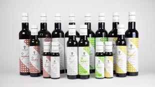 MONOGRAM line - « Monogram » est la ligne d'Olio Guglielmi dédiée à l'huile d'olive extra vierge composée de différents types d'huiles : Leggero, Intenso, Biologico, Fruttato, Fior d'o et Aromatisé. Les olives de nos bosquets sont cultivées avec attention pour mettre en valeur le territoire des Pouilles, gardien séculaire de la culture de l'olivier.  Flacons en verre disponibles en : 20 ml, 100 ml, 250 ml, 500 ml, 750 ml Bag in Box 3L Boîte 5L  Intenso Intense Fruité Créée uniquement à partir de la variété d'olive Coratina, c'est l'huile d'olive idéale pour ceux qui aiment les saveurs fortes. Il doit son caractère vigoureux au cultivar le plus célèbre des Pouilles. Grâce à la forte présence de polyphénols, puissants antioxydants, il se caractérise par un arrière-goût amer et légèrement épicé, des notes d'artichaut et d'amande avec des arômes d'herbe fraîchement coupée. EXCELLENTE COMME VINAIGRE SUR LES VIANDES GRILLÉES, LES PLATS FRITS, LES SOUPES DE LÉGUMINEUSES ET LES LÉGUMES.  Leggero Doux Fruité Créée à partir d'un mélange de variétés d'olives connues pour leur goût doux et rond, Monogram Leggero est l'huile d'olive idéale pour ceux qui aiment les saveurs harmonieuses. Grâce au savant mélange d'Ogliarola et de Peranzana, il surprend par sa douceur en bouche, où la saveur de l'amande et de la pomme se conjugue avec le parfum vif typique de la campagne fleurie. SON GOT DÉLICAT EN FAIT LA VINAIGRETTE IDÉALE POUR LES PLATS DE POISSON, LES SALADES, LES LÉGUMES, LES VIANDES BLANCHES ET ROUGES.  Fruttato Moyen Fruité Lorsque l'épicé et l'amer de Coratina rencontrent la douceur de la variété d'olive Ogliarola, le résultat est le Monogram Fruttato. Grâce à cette combinaison irremplaçable, il surprend chaque dégustation grâce au caractère vif donné par la combinaison parfaite de saveurs douces et amères-épicées. Ses parfums aromatiques rappellent les odeurs des feuilles baignées par la rosée du matin. IL VA PARFAITEMENT AVEC LES SOUPES, LE CARPACCIO DE VIANDE ROUGE ET LES