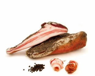 """Guanciale du Gargano - Guanciale is a great classic of Italian cuisine. It is the star ingredient of the emblematic """"pasta alla carbonara""""! This piece of meat can be found all over the country, especially in Gargano (Puglia - Italy) where the inhabitants have made it one of their culinary specialities.  Guanciale comes from the cheeks or jowls of the pig, hence its name: """"guancia"""" which means cheek in Italian. Its meat combines muscle and fat of superior quality, which gives it a firm yet delicate consistency. It is prepared by rubbing the pig's cheek with salt, sugar and Gargano spices (black pepper, thyme, fennel and garlic), then left to dry for a few weeks.  It will be ideal to accompany your pasta, to be married with a good Italian cheese and quality sauces, like our pomodoro and datterino tomato sauces raised in organic farming.  Guanciale is gluten-free and is available in vacuum-packed pieces of about 700g with a shelf life of 6 months."""
