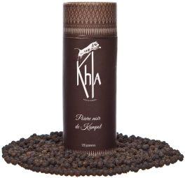 Poivre Noir de Kampot IGP - 120g - Saveur : Le poivre de Kampot est une épice fine et rare.On veille donc à ses qualités gustatives et sensorielles, ainsi qu'à son attrait visuel.En termes d'odeur, il est corsé avec des arômes subtils proches de la bergamote.Au niveau gustatif, il a un fort goût de poivre avec des notes anisées.A ce titre, il est important de l'utiliser moins généreusement lors de l'assaisonnement qu'avec d'autres poivres. Origine : Notre producteur de poivre cambodgien a été l'un des premiers producteurs parmi les 12 certifiés à avoir reçu la certification « Poivre de Kampot » au Cambodge.Il a participé activement à la création de la certification en 1992 et la ferme est l'une des rares encore détenue par un cambodgien.Le poivre est récolté à pleine maturité vers février avant d'être séché au soleil et trié à la main. IGP Ecocert et Bio : Le poivre de Kampot est une épice fine, biologique et relativement rare, puisque le label « Poivre de Kampot » ne peut être utilisé qu'après vérification de son origine et du respect des exigences de l'IGP (indication géographique protégée).Cela signifie que le poivre doit avoir été cultivé biologiquement dans la région de Kampot.Notre poivre est également certifié par Ecocert et répond à toutes les réglementations requises au sein de la chaîne de production du poivre. Culture : Notre poivre est cultivé dans les montagnes de Phnom Voar qui bénéficient de sols latéritiques poreux, qui à leur tour maintiennent les racines en bonne santé.La plantation de poivre de notre producteur s'étend sur plus d'un demi-hectare avec 1 300 plants de poivre et répond aux exigences IGP chaque année depuis 2000. Pour des raisons pratiques, notre poivre est conditionné dans un tube pour ressembler à la tradition cambodgienne d'utilisation des feuilles. Cuisson : Notre poivre est vendu non moulu en grains afin de conserver tous ses arômes et saveurs.Vous pouvez utiliser un moulin à poivre standard ou électrique, ou même un mortier et u