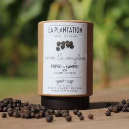 Poivre de Kampot Noir IGP - LE POIVRE DE KAMPOT NOIR, UN POIVRE ARTISANAL DE TRADITION ANCESTRALE Reconnu comme l'un des meilleurs poivres au monde, le Poivre Noir de Kampot est cultivé de façon traditionnelle et organique. Chaque grain a été sélectionné un par un à la main à La Plantation pour vous offrir le meilleur. De la fin du mois de février et pendant les trois mois que dure la récolte, c'est la pleine effervescence à La Plantation. Nos fermiers reçoivent le renfort de journaliers pour sélectionner et cueillir à la main les grappes de poivre, une par une. Seuls les grappes de poivre à maturité, avec des grains d'une belle couleur verte foncée, sont cueillies. Les autres sont laissés sur le poivrier et seront récoltées lors d'un passage suivant de l'équipe de récolte sur cette parcelle.  La récolte de la journée est traitée le jour même. Les grappes de poivre sont égrainées, puis les grains sont sélectionnés, lavés et échaudés. Ils vont ensuite être étendus et séchés au soleil pendant 2 à 3 jours, en fonction de l'ensoleillement. Cette phase de séchage naturel renforce le goût et l'arôme si particulier du Poivre de Kampot.  Les grains sont ensuite traités et sélectionnés à la main par leur densité et leur taille qui doit, selon les règles de l'IGP, être supérieure à 4 millimètres. Seuls les gros grains de poivre, d'une belle couleur noire foncée, sont vendus sous l'appellation Poivre de Kampot. Le Poivre Noir de Kampot développe des arômes forts et délicats. Son goût très intense et doux à la fois révèle des notes résineuses, d'eucalyptus et de menthe fraîche.  Le Poivre Noir de Kampot est le plus épicé de la gamme. Il supporte la cuisson pour épicer vos plats chauds et soupes. Moulu frais, il relève à merveille une viande de bœuf grillée ou une salade.