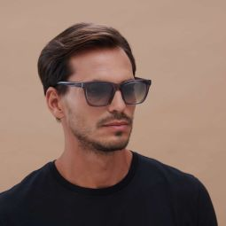OPORTO SUN - Oporto is a modern sunglass, its marked lower edges follow current trends to achieve a casual and youthful image. It is made with compostable acetate, 5-barrel hinge and security screw.