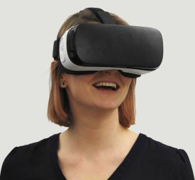Smart VR - ACEP transfrome l'experience client et propose, à l'aide de SMART VR, d'expérimenter les différents traitements de verres.  Le casque de réalité virtuelle projette en temps réel les clients dans une autre dimension. Les clients expérimentent les traitements des verres dans leur environnement final.
