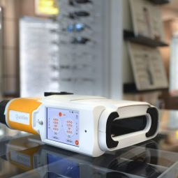 QuickSee - This is the first portable binocular auto-refractor. Accurate, fast and easy to use. Once QuickSee is aligned with the patient, the measurement takes 10 seconds 'watch in hand'. In fact, field experience shows that eye care providers using the QuickSee in high-throughput environments can measure up to 30 patients per hour. Already in use by eye care professionals and healthcare providers in fully equipped clinics and also in low-resource settings around the world, it performs the same function as a traditional auto-refractor but can be used n anywhere, freeing up space and speeding up the process of objective refraction. Allowing a quick and precise estimate of the patient's prescription to check it against the prescription of his glasses, it performs clinically precise auto-refraction measurements also for school, retirement homes, nursing care, visits at home of patients etc…. Indeed, the QuickSee was designed for clinical precision and durability in the field. It can withstand frequent travel and that is why it is widely used by NGOs carrying out vision care missions in underserved communities and in developing countries. QuickSee is the world's most precise portable auto-refractor. Its combination - of open-view twin design, wavefront aberrometry and dynamic measurements - produces clinically accurate auto-refractive measurements, in a durable portable format suitable for store, office and office use. , in clinic or in the field.