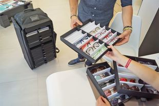 SAC GÉNÉRATION OPTIQUE - Le sac Génération est destiné aux représentants de l'optique. Présentez vos collections entières grâce à son grand volume et son excellente stabilité. Disponible en plusieurs dimensions.