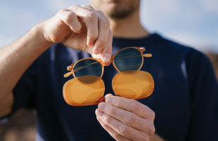 Sunglasses Nooz - Style, comfort and lightness in a case that fits in your pocket : Unisex Sunglasses Polarized lenses, category 3 (100% UV) Ultra-flat protective flat case, 12 grams on the nose, no screws. It's very simple, but it changes everything.