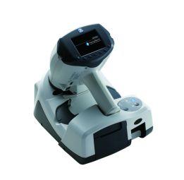 HandyRef / HandyRef-K - HandyRef-K / HandyRef est léger et facilement manipulable. Avec un mode de mesure rapide sans contact, un déclenchement automatique et une compensation de l'astigmatisme tant debout qu'allongé, l'examen peut se faire sur tout type de population.  Différentes données d'aide au diagnostic sont fournies par les mesures sagittales pour l'excentricité, l'image de rétro-illumination pour les opacités, la taille de la pupille, l'indice de confiance, la conversion pour les lentilles de contacts, etc.  Ses connexions multiples (WIFI, Infrarouge, câble réseau, clé USB), sa batterie longue durée et sa mémoire interne de 100 patients permettent une vraie autonomie de travail.