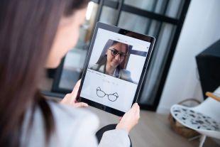 Essayage Virtuel Fittingbox: Standard pour Site Internet - Offrez à vos visiteurs la possibilité d'essayer virtuellement la monture parfaite !  L'Essayage Virtuel Fittingbox permet à vos clients de parcourir votre catalogue et d'essayer des milliers de montures en temps réel, comme s'ils se trouvaient devant un vrai miroir, tout en visitant votre site web. Cette option est faite pour vous si vous avez besoin d'une solution d'essayage virtuel clé en main et facile à mettre en place.  Conçu pour les opticiens, les optométristes et les magasins d'optique.