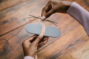 Lunettes Lumière Bleue Essential - Lunettes mixtes protégeant de la lumière bleue. Soulagez vos yeux avec la meilleure filtration. Soulagement des maux de têtes. Réduction fatigue visuelle. Meilleure qualité de sommeil.  - Monture nylon ultra-légère (17 grammes) - Les verres Nooz sont parmi les plus protecteurs du marché avec 99 % de filtration jusqu'à 410 nm, 80 % de filtration à 420 nm et 40 % à 430 nm. - Aucune vis pour une solidité sans égal - Etui de protection ultra plat (14 millimètres)