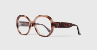 EK 3020-620-18 - The EK 3020 model is an optical frame with graphic and elegant curves. Its chic style is néo-bourgeois by nature. Essential of Emmanuelle Khanh's wardrobe, the EK 3020 is available in a range of classic and daily color. Designed and manufactured in France with respect for the authentic eyewear know-how.