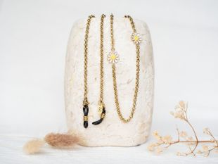 Phoebe | Glasses chain - Brighten up any outfit with sunglasses cord Phoebe. This golden glasses chain with daisies is the perfect accessory for any dress or top. Also perfect as a gift. Happiness guaranteed!  ☆ Length: 72 cm ☆ Light weighted ☆ Rubbers fit any size frames ☆ Free speedy shipping  The chain is made of stainless steel with gold plating, plus a protective coating so that it doesn't lose its colour.
