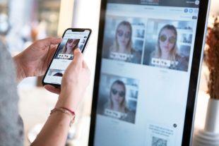 Essayage Virtuel Fittingbox: Standard pour Magasin - Catalogue et essayage virtuel prêts à l'emploi.  L'Essayage Virtuel pour Magasin est idéal pour les professionnels de la vue tels que les opticiens, les optométristes et les points de vente. Si vous souhaitez ajouter votre propre catalogue de montures afin d'afficher vos collections et susciter l'engagement de vos clients, cette solution est faite pour vous.  Encouragez vos clients à explorer vos collections et à essayer votre simulateur de verres.  Cette solution leur permet de comparer plusieurs rendus en même temps et de les faire patienter de manière interactive lorsque vous êtes occupé.