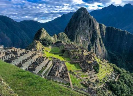 seguro viagem peru - ruínas de machu picchu entre montanhas