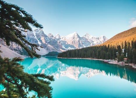 seguro viagem canadá - lago azul com montanhas nevadas ao fundo