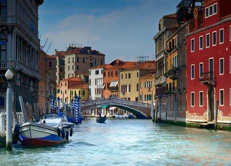 seguro viagem itália - rio passando entre casas em veneza