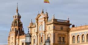 seguro viagem espanha - contrução antiga com bandeira da espanha no topo