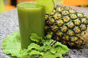 Faça um suco de couve com abacaxi