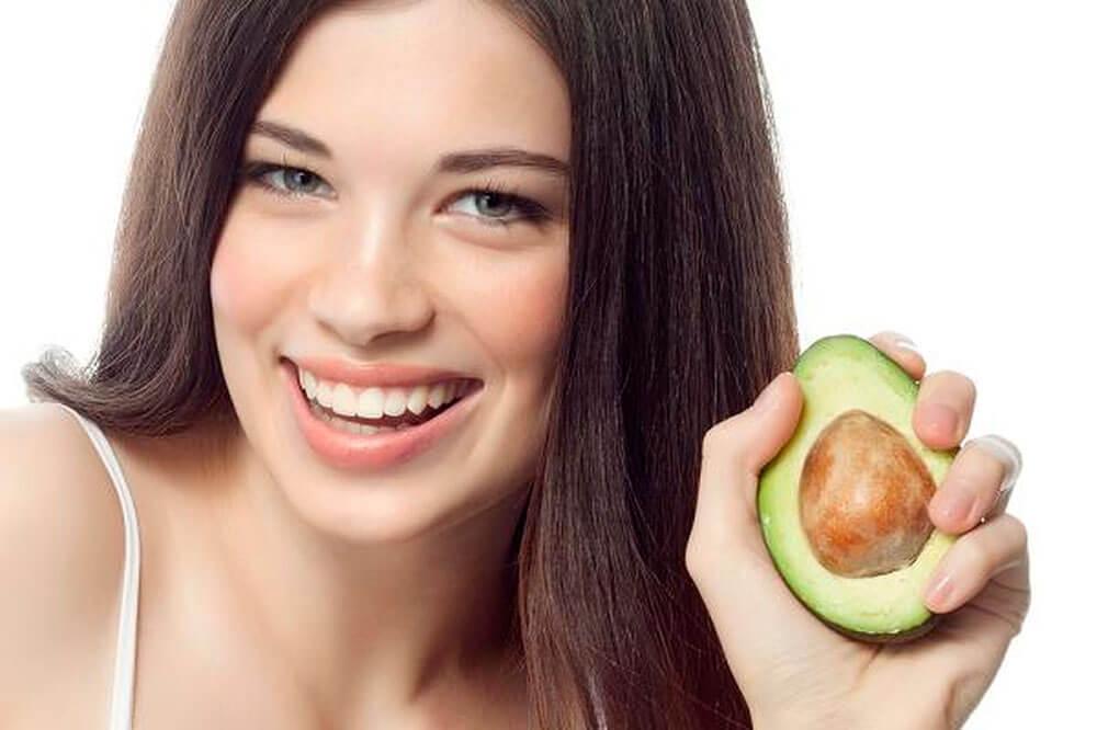 Desde a muito tempo já se fazia hidratação com abacate para se ter cabelos mais fortes.