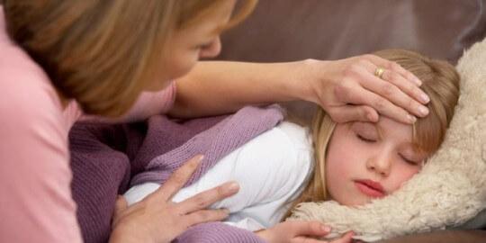 mãe cuidando de criança com febre