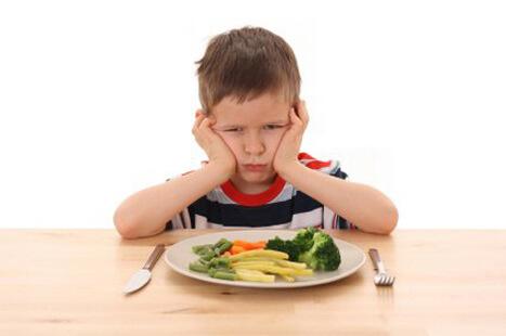 Cirança comendo legumes